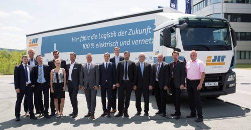 v.l.n.r. C.Schneider (PLG), A.Knabe (AMZ), C.Liebich (BMWi), A.Wächtler (AMZ), S.Wagner (AMZ), M.Weihrauch (PLG), R.Wolf (VWS), T.Lammer (Schnellecke), M.Taubenreuther (IAV), T.Raspe (VWS), T. Colditz (Schnellecke), Dr.F.Otten (DLR), Dr.U.Schob (IAV), S.Hönicke (IAV); Credit: Annette Hornischer, DDI