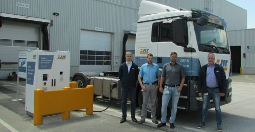 Inbetriebnahme e-Ladesäule im Werk Zwickau [v.l.n.r. Matthias Thom (IAV), Lars Keller, Tobias Raspe (beide Volkswagen Sachsen), Sven Hönicke (IAV)]
